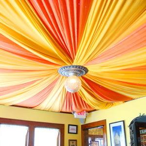 Как недорого оформить потолок