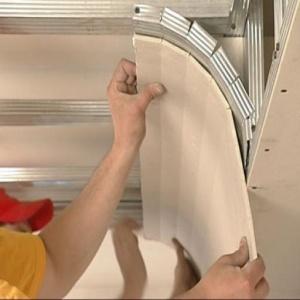 Как правильно ремонтировать потолок?